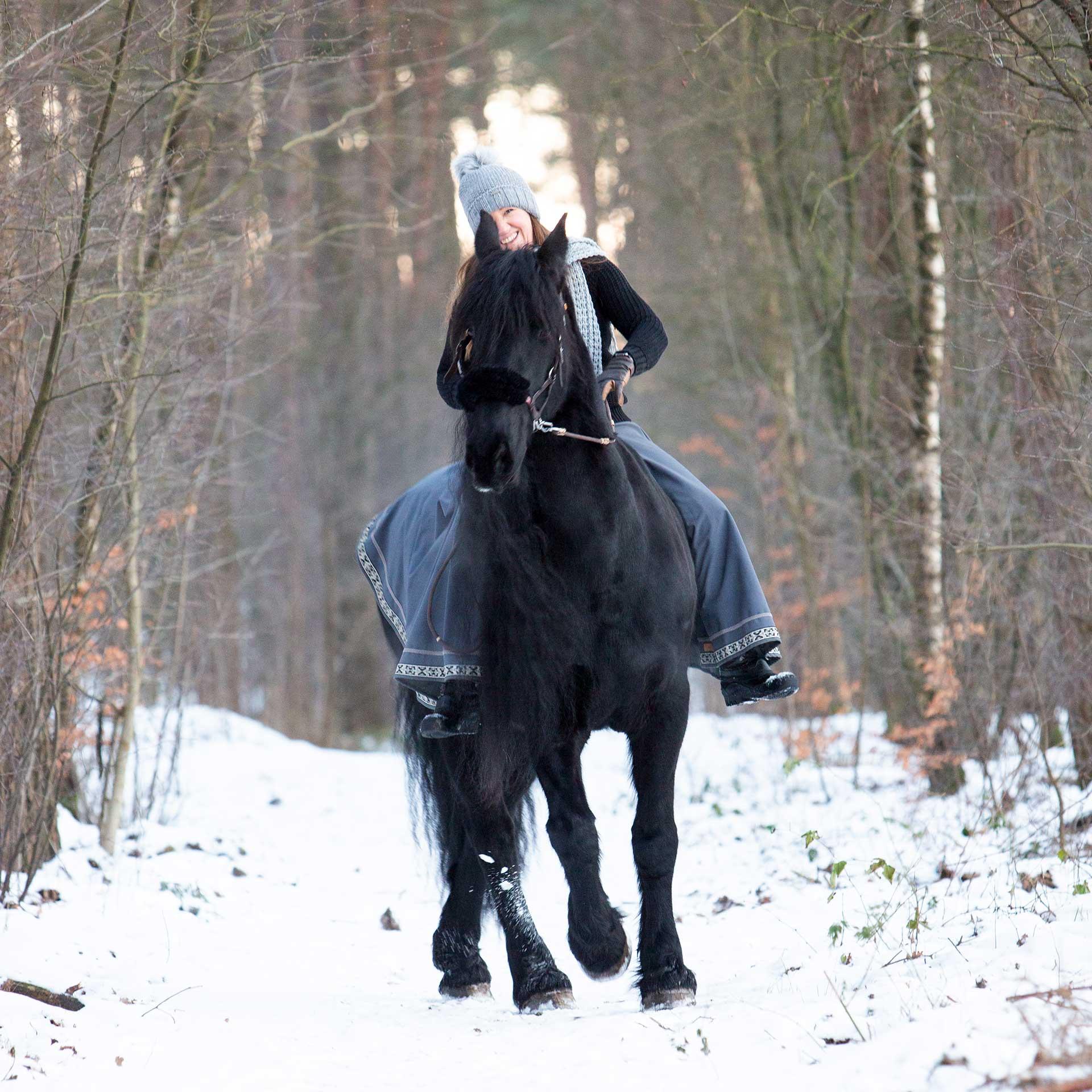 angela pfeiffer Fotografin, angela pfeiffer, pferdefotografin hamburg, pferdeshooting, pferdefotografie, pferdeshooting hamburg, pferdefoto, professionelle Pferdefotos, professionelles pferdeshooting, individuelle pferdefotos, pferdeportraits, fotos turnierpferde, turnierfotos, sportpferde fotos, fotografie, sportpferdefotografie, portrait mit Pferd, Shooting mit Pferd, pferdefotografin Norddeutschland, individuelles pferdeshooting, authentisches pferdeshooting, individuelle Pferdefotografie, klassische Pferdefotografie, klassische Pferdeportraits, friese, pferd in bewegung